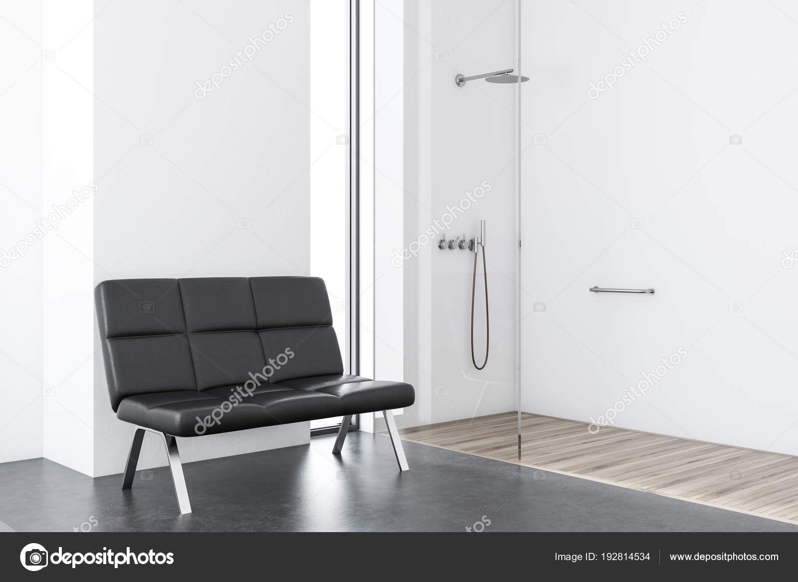 Inloopdouche Met Bak : Mooie jonge vrouw met nat haar na douche stock afbeelding