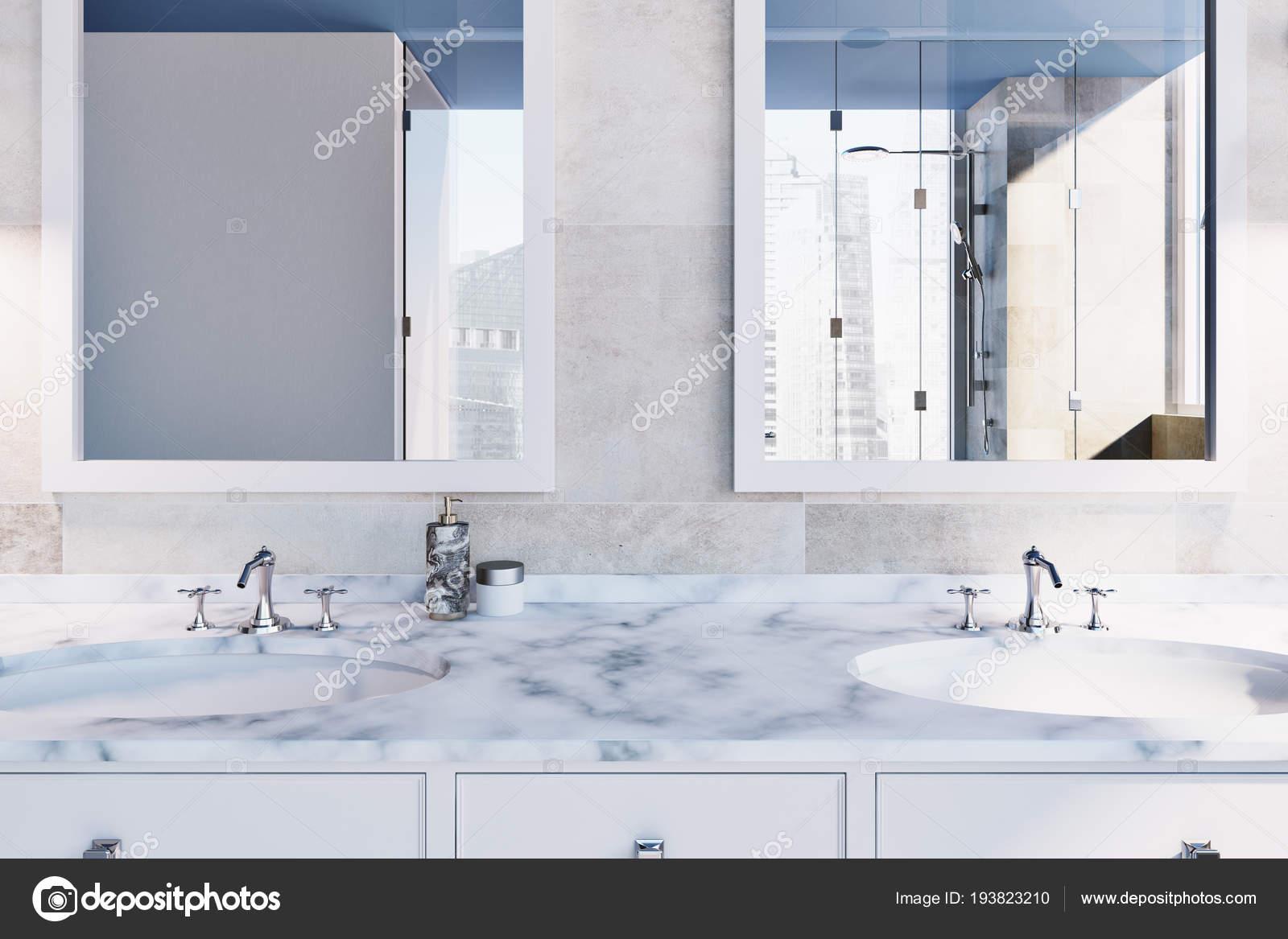 Beige piastrelle interni bagno con doppio lavabo marmo bianco due