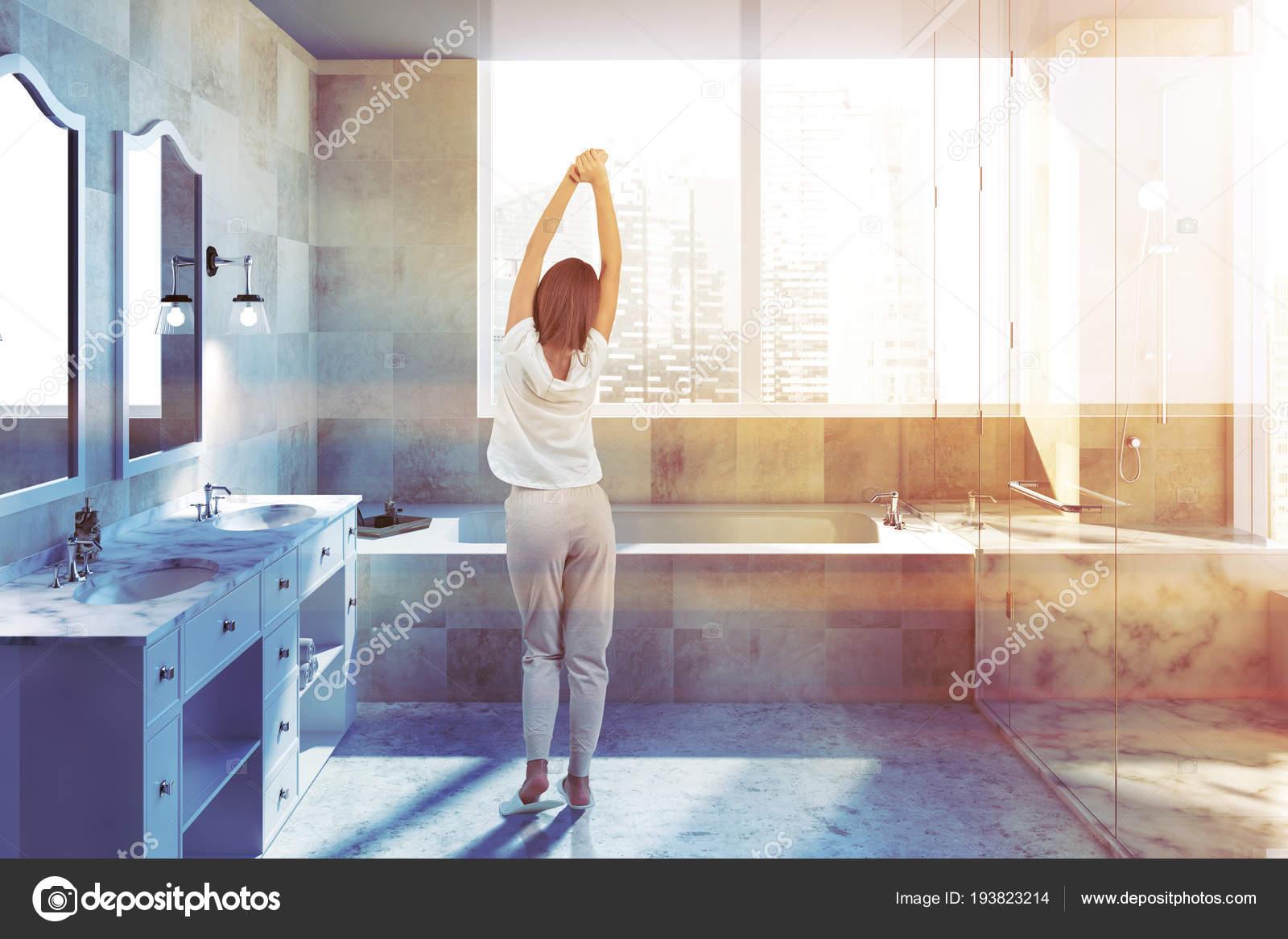 Beige piastrelle interni bagno con una grande vasca bagno doccia