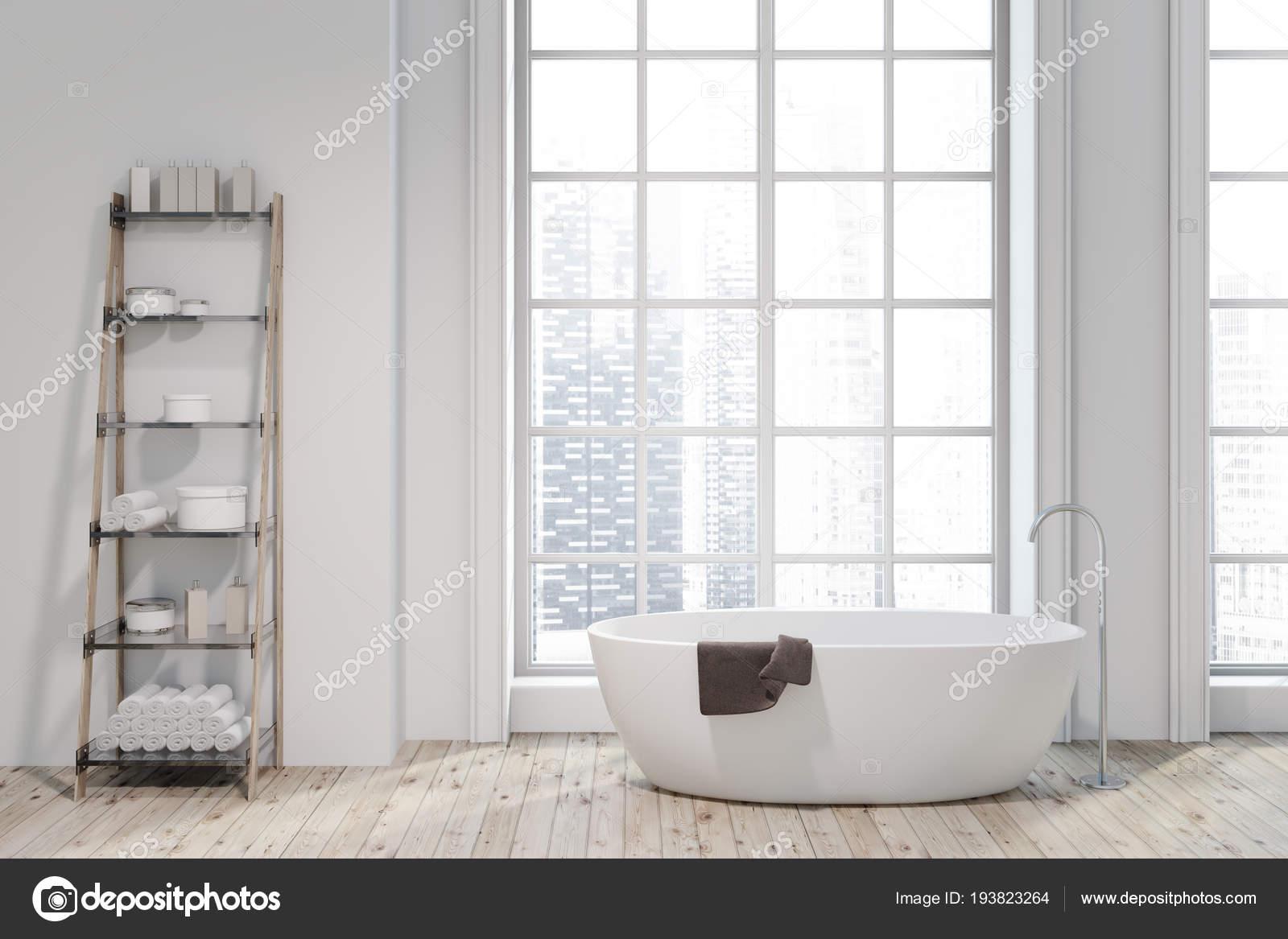 Loft badkamer interieur met een witte badkuip met planken ernaast