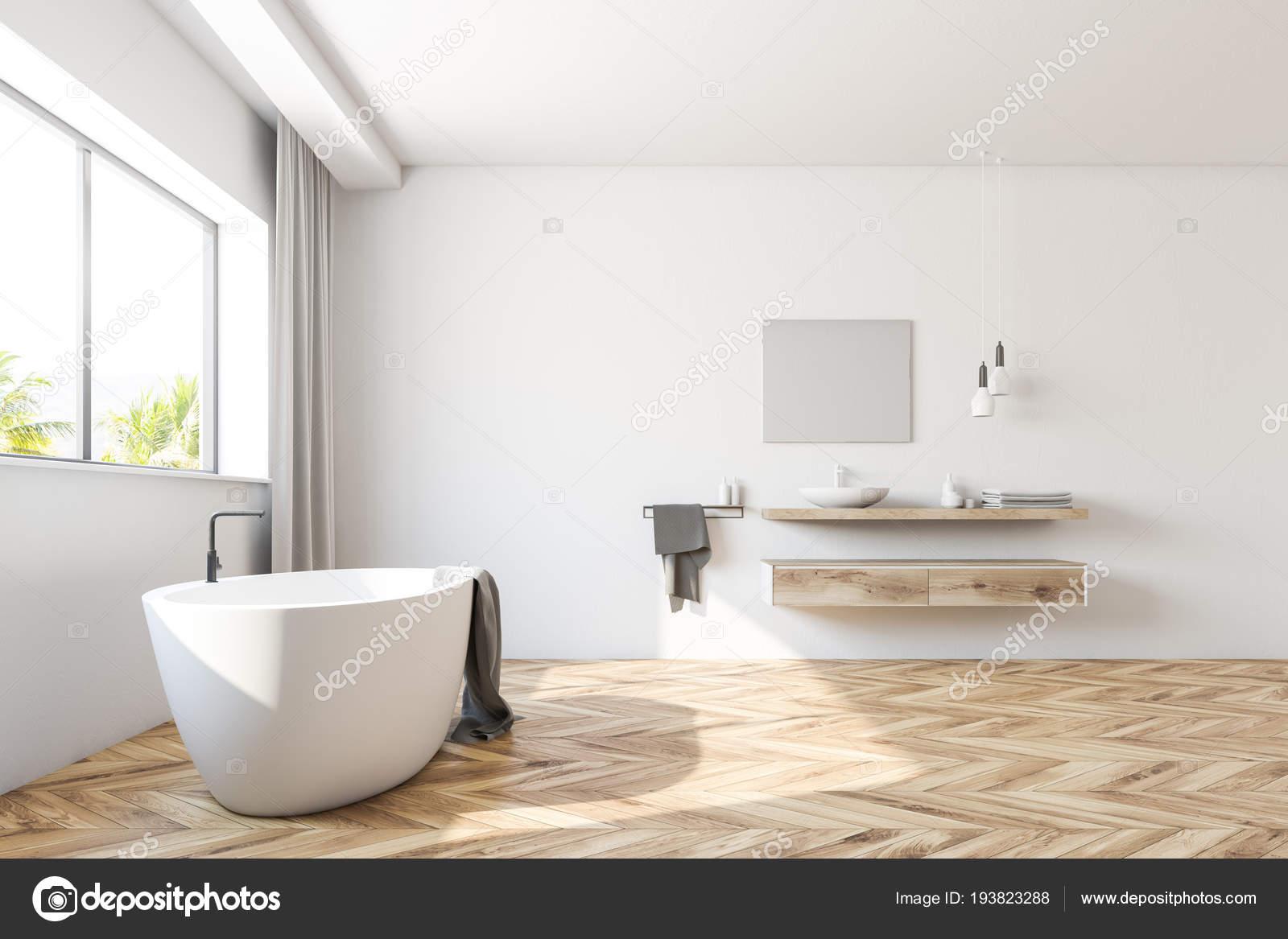 Innenraum Eines Weißen Badezimmers Mit Einem Holzfußboden Ein Großes ...