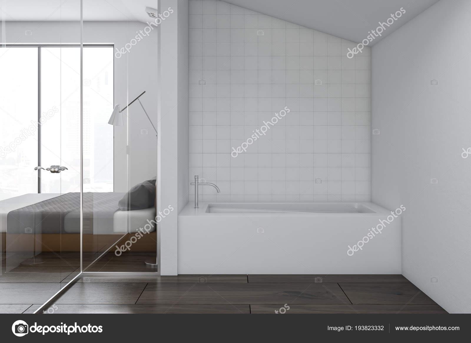 Stanze Da Bagno Piccole : Interiore della stanza bagno con una vasca bagno bianca accanto