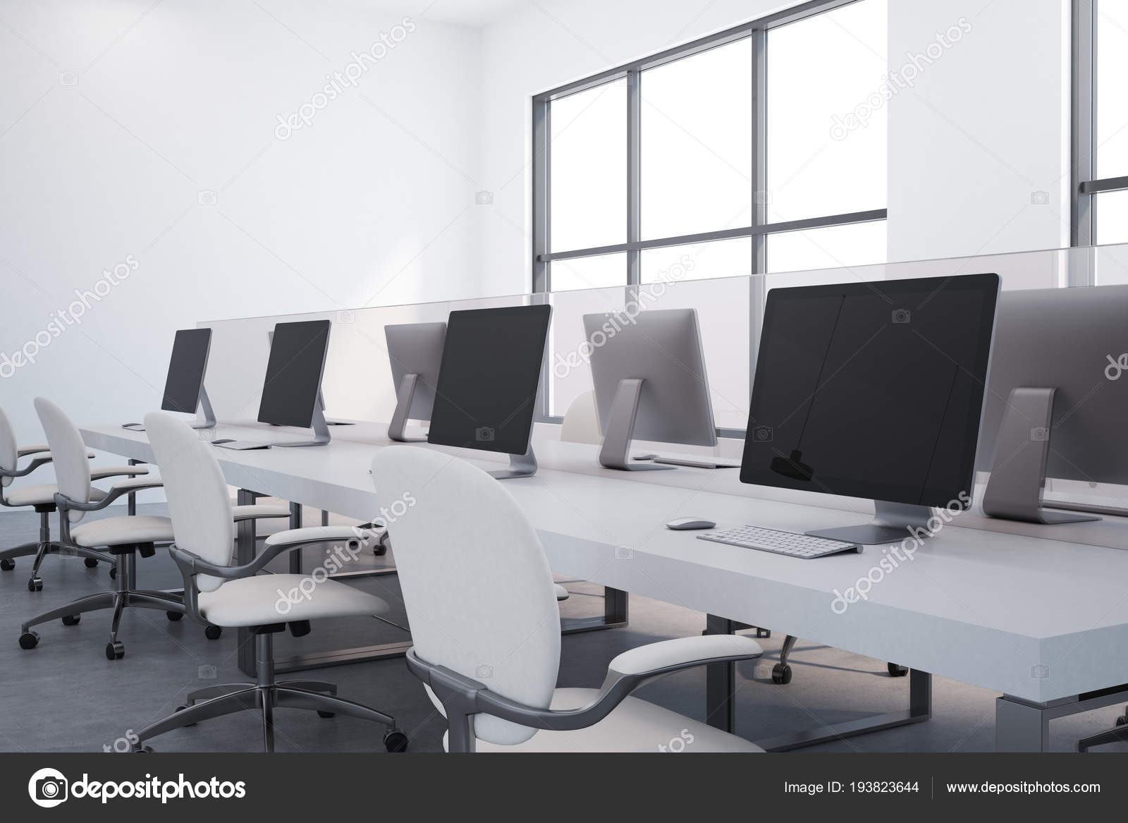 Intérieur bureau tableau blanc avec grandes fenêtres murs blancs sol