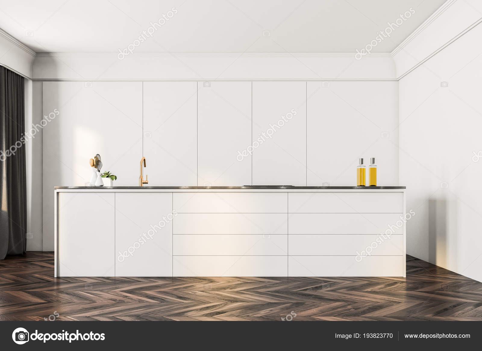 Minimalistische witte keuken interieur met een donkere houten vloer