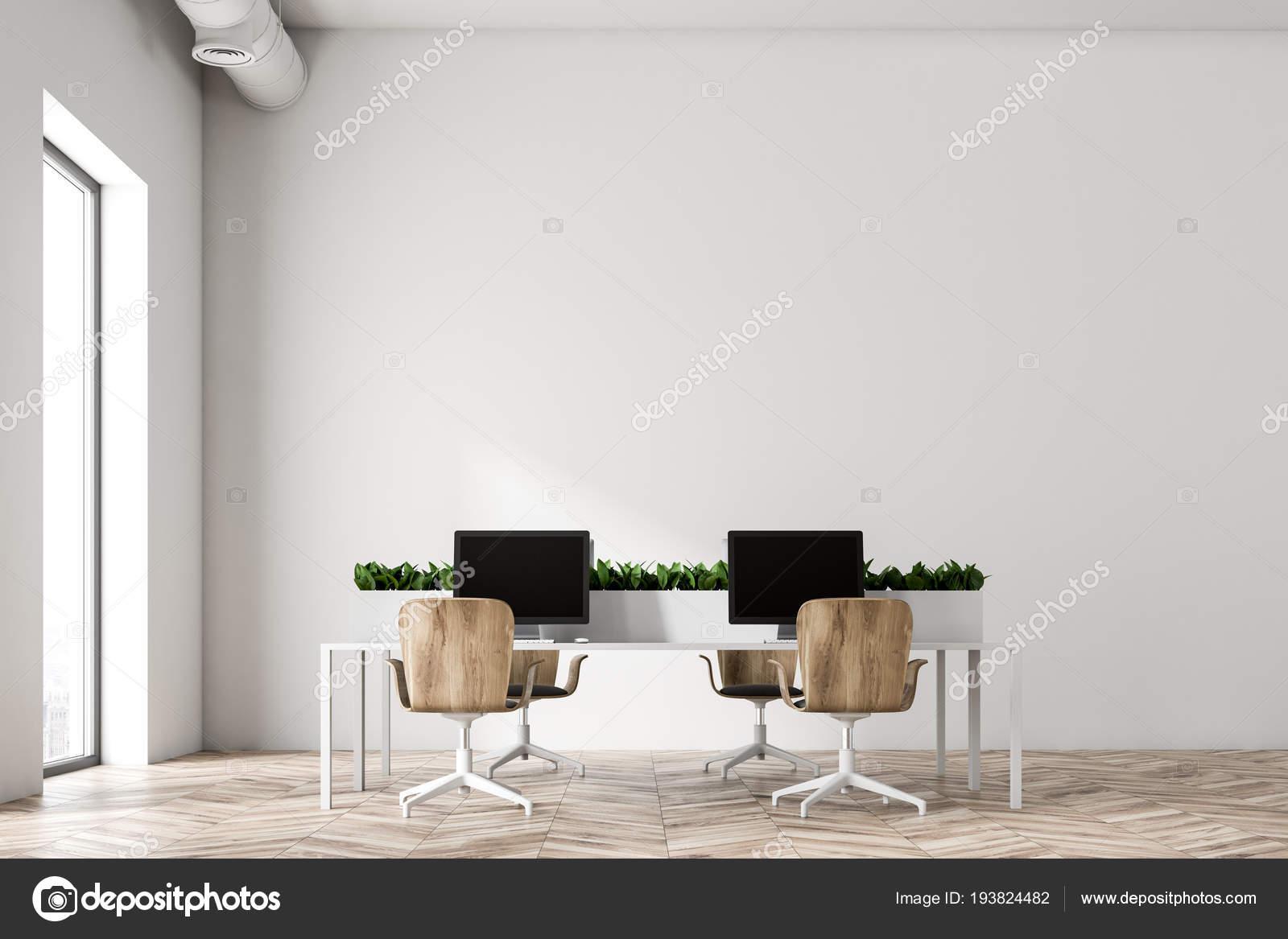 Minimalistische witte kantoor interieur met twee witte tafels