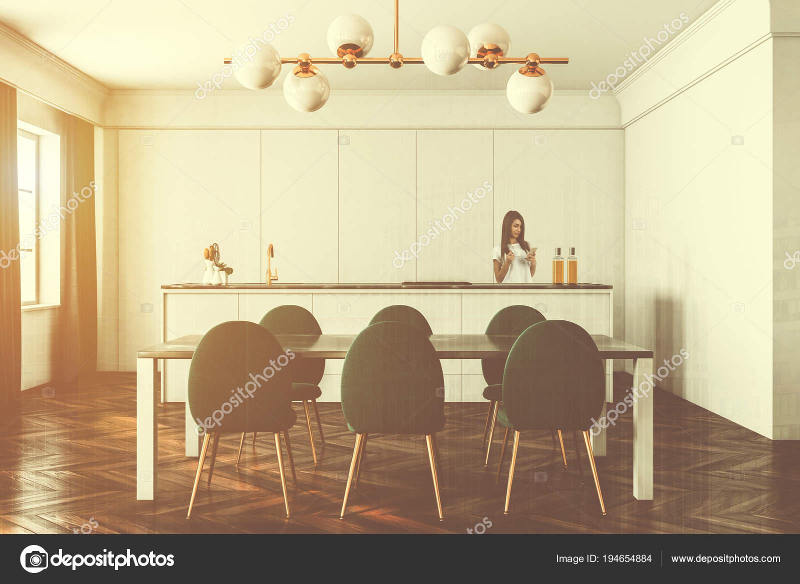 White Esszimmer Und Kuche Getonten Grune Stuhle Stockfoto