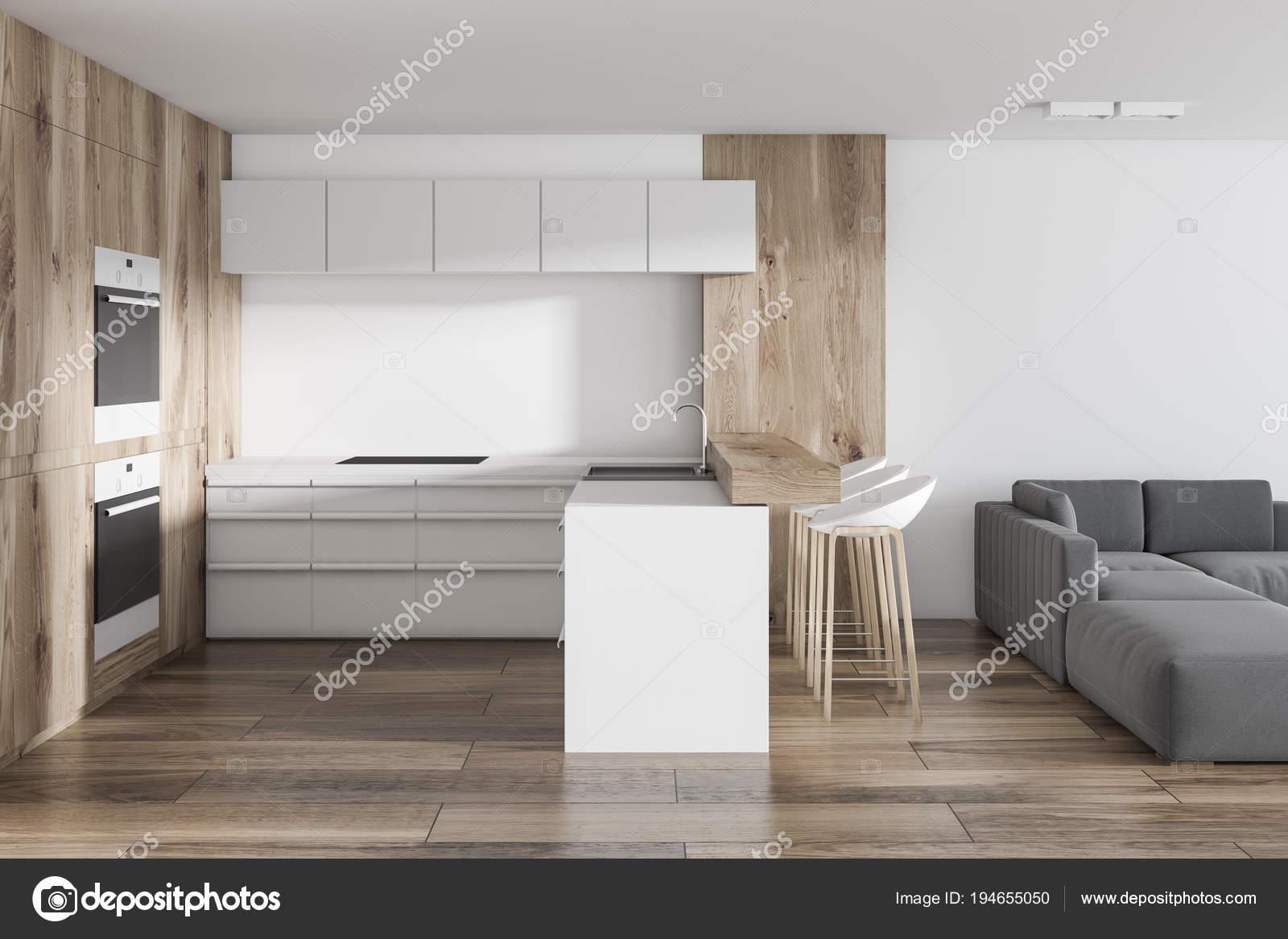 Witte keuken in studio appartement woonkamer u stockfoto
