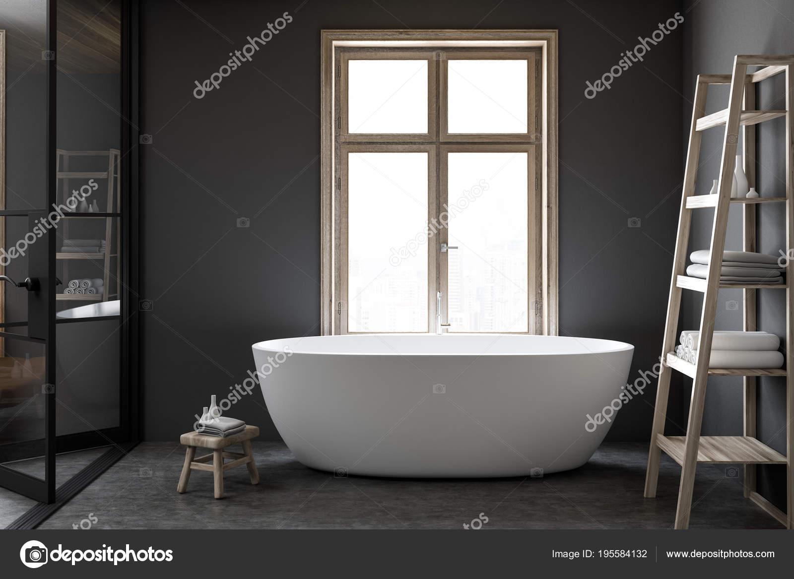 Luxe Donkere Badkamer : Witte bad in een donkere badkamer van luxe u2014 stockfoto