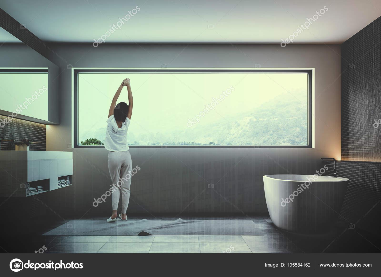 Vasca Da Bagno Stretta : Mosaico scuro parete bagno interior donna u foto stock