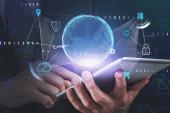 Podnikatel ruka s tabletem, velké datové rozhraní