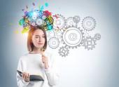 junge Frau mit Notizbuch-Brainstorming