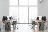 Boční pohled na kancelář v bílém průmyslovém stylu