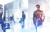 Různorodí podnikatelé v moderní kanceláři, graf