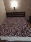 Ágy lepedővel matrac a hálószobában