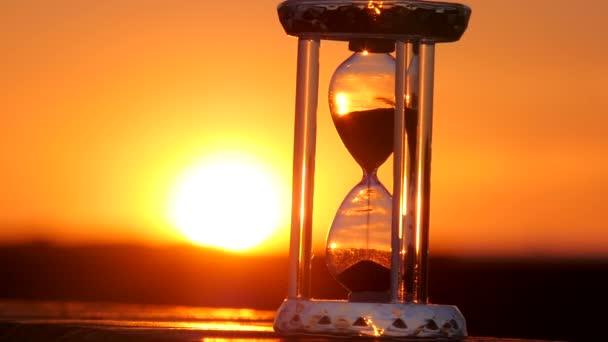 Homokóra a naplementében, háttérben a