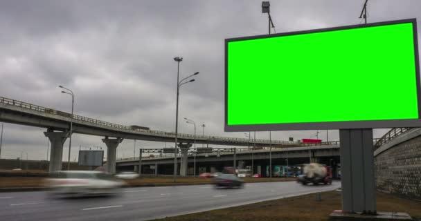 Billboard green screen poblíž dopravní křižovatka. čas kola