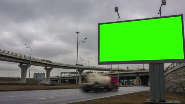 Billboard zöld képernyő a közlekedési csomópont közelében. idő-csúszás