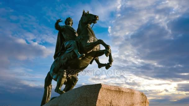 St. Petersburg. Socha bronzová jezdec. čas kola