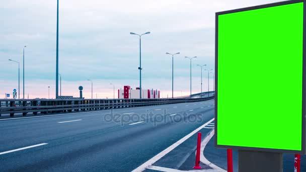 Billboard zelená obrazovka o rychlostních silnic. timelapse