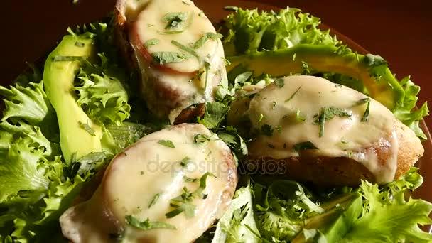 Panini al formaggio su un piatto