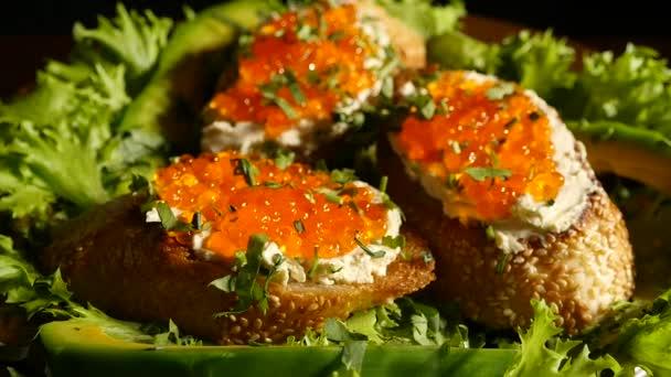 panini con caviale rosso su un piatto