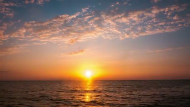 Západ slunce nad mořem. Timelapse