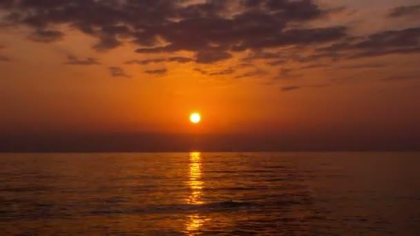 Krásný západ slunce na moři. timelapse