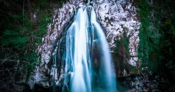 Skvělé vodopád v horách Kavkazu. timelapse