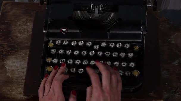 Žena a psací stroj. Ženské ruce, psaní na stroji