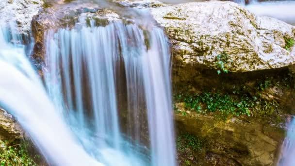 Skvělé vodopád v horách Kavkazu. Zpomalený pohyb