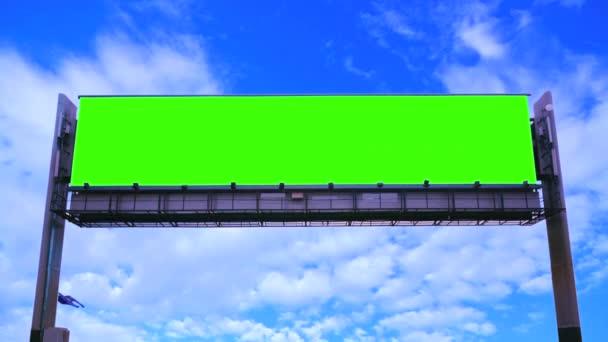 Billboard zelená obrazovka na pozadí oblohy