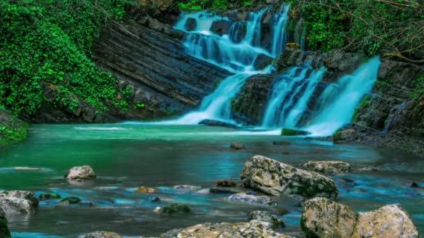 Skvělé vodopád v horách Kavkazu