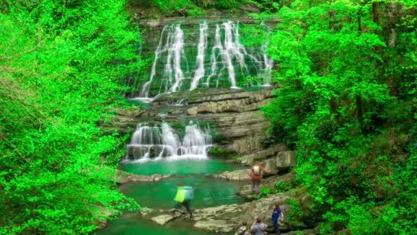 Krásný vodopád v horách Kavkazu