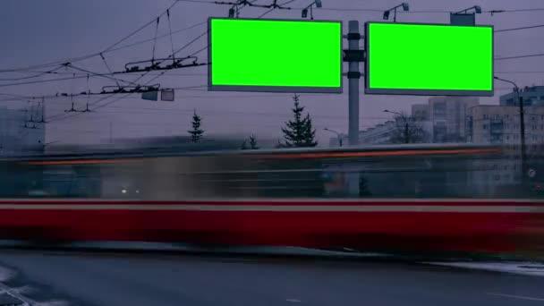 Hirdetőtábla zöld képernyő közel autópálya