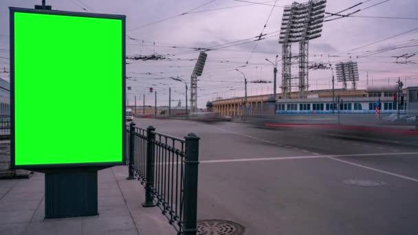 Hirdetőtábla zöld vászon a nagyváros utcáin. Időintervallum