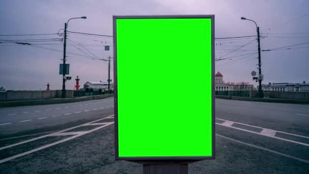 Billboard zelená obrazovka na ulicích velkého města. Včasná