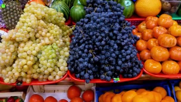 Různé ovoce na pultu obchodu