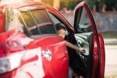 Kisfiú autó ajtó kinyitása