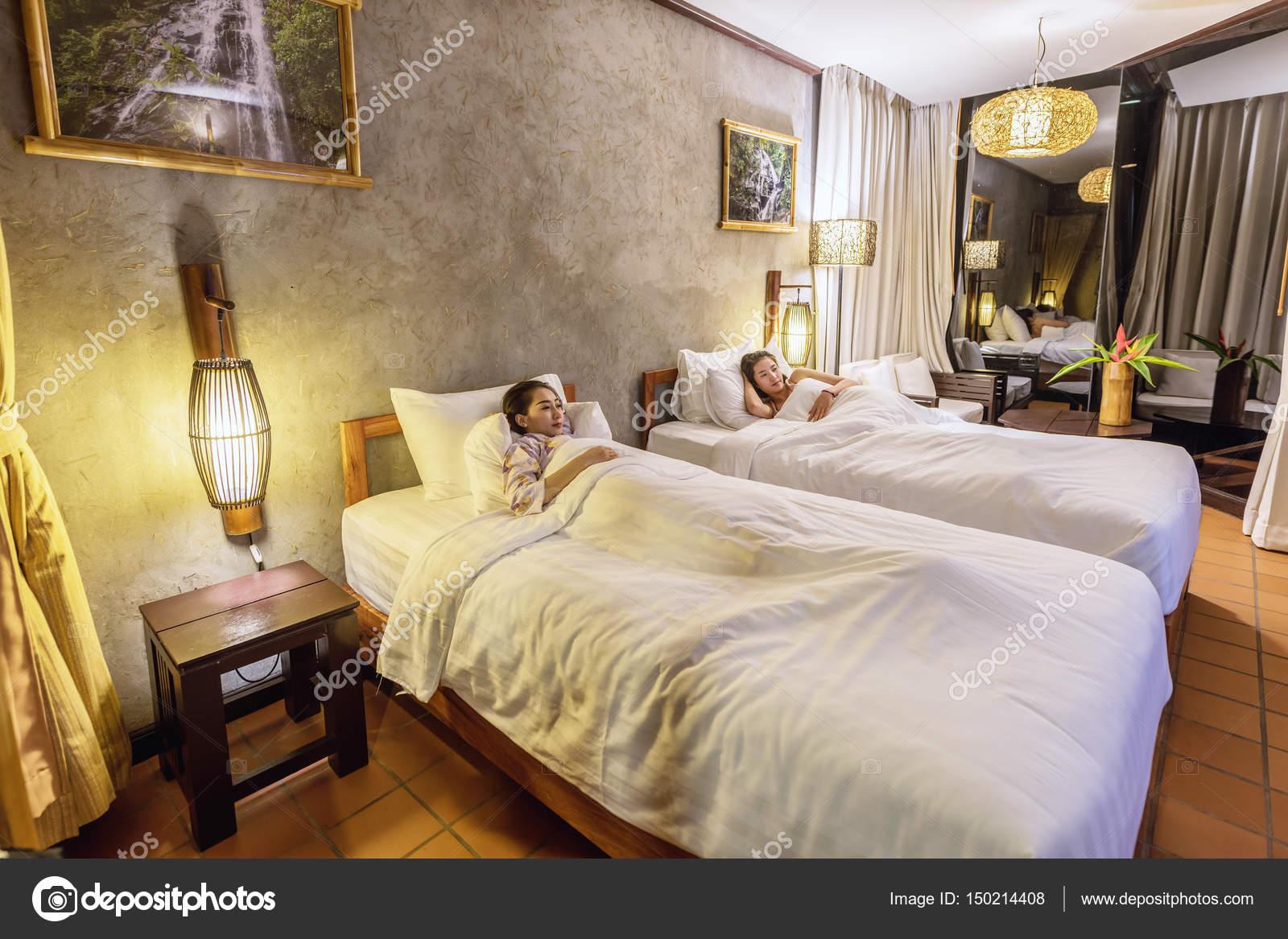 Mooi meisje op de slaapkamer u stockfoto tipchai