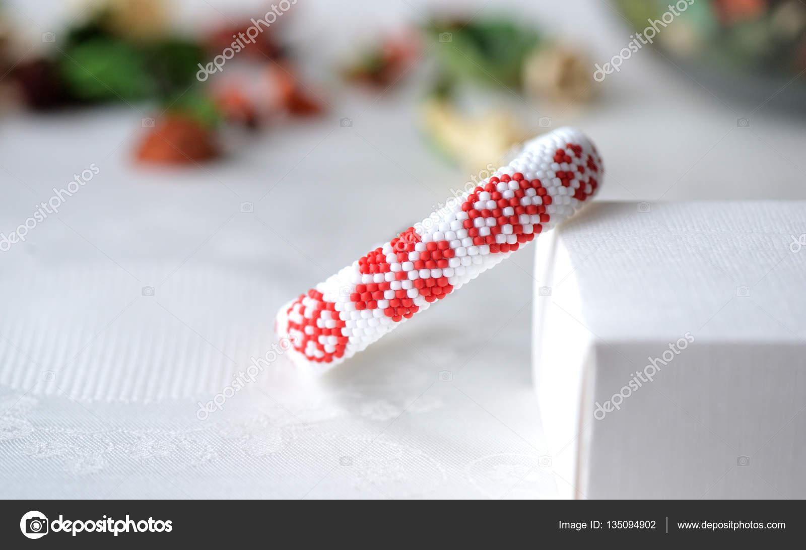 Pulsera de ganchillo con cuentas con estampado floral de cerca ...