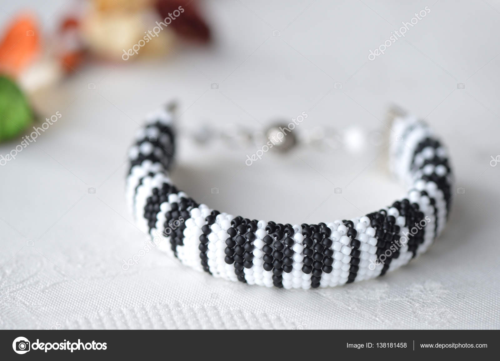 Perlen Häkeln Armband Wie Klaviertastatur Hautnah Stockfoto