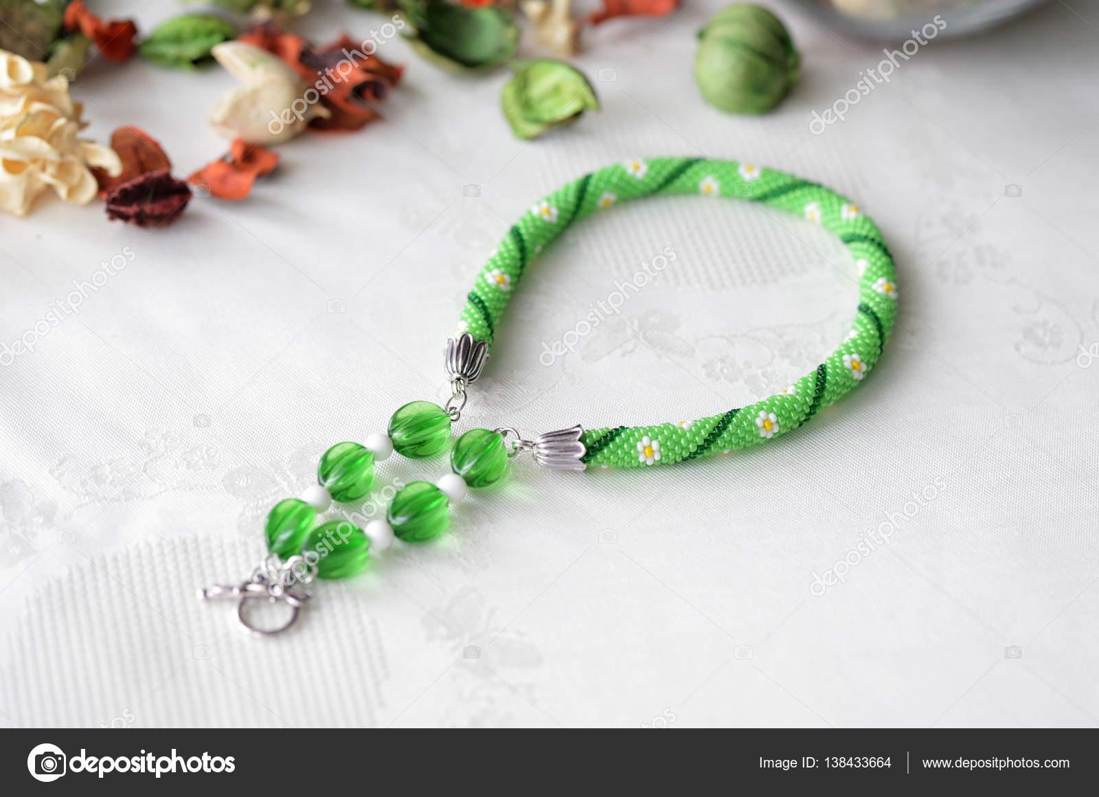 Perlen häkeln Choker Halskette mit Blumenmuster hautnah — Stockfoto ...