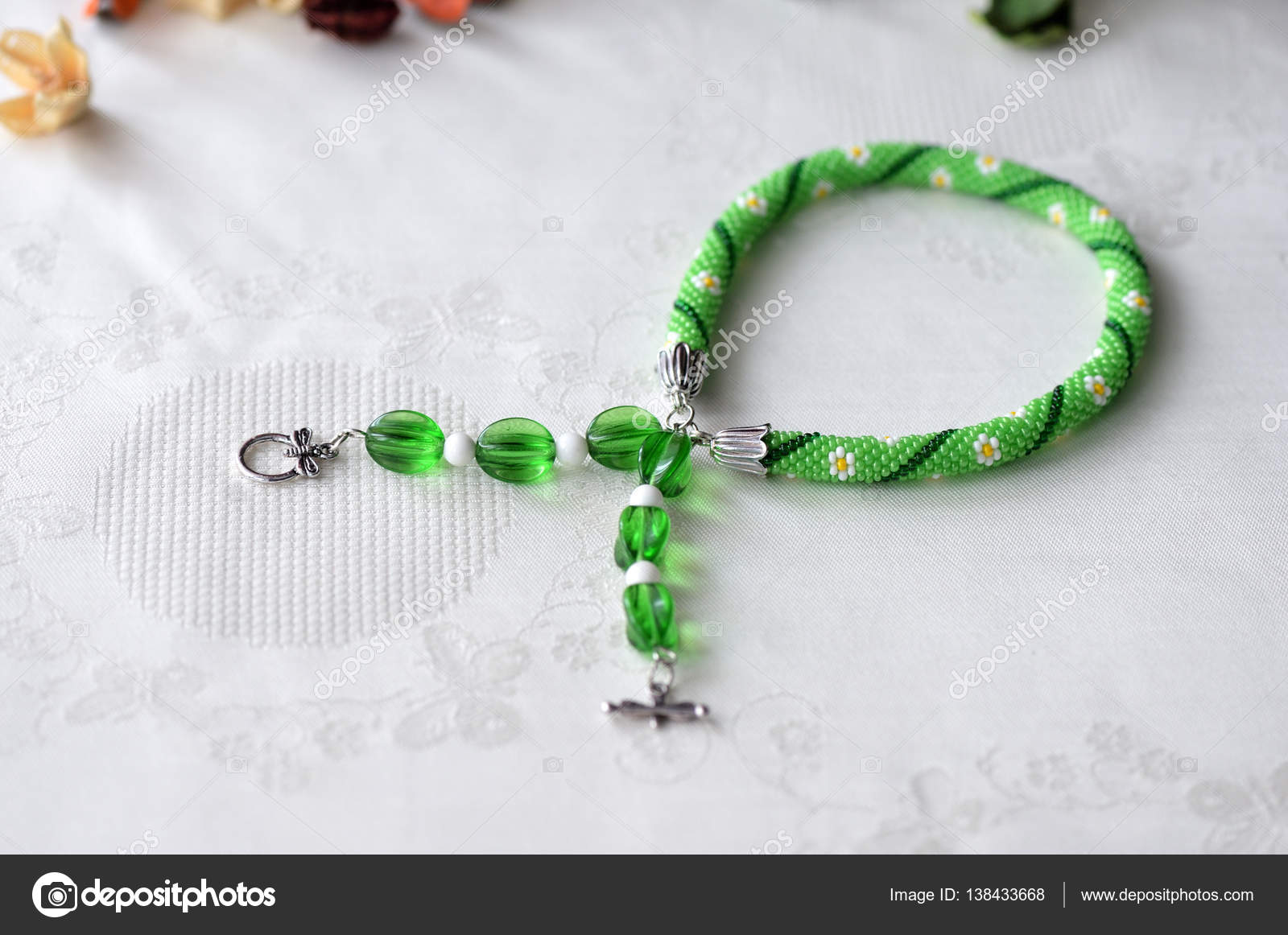 Perlen Häkeln Choker Halskette Mit Blumenmuster Hautnah Stockfoto