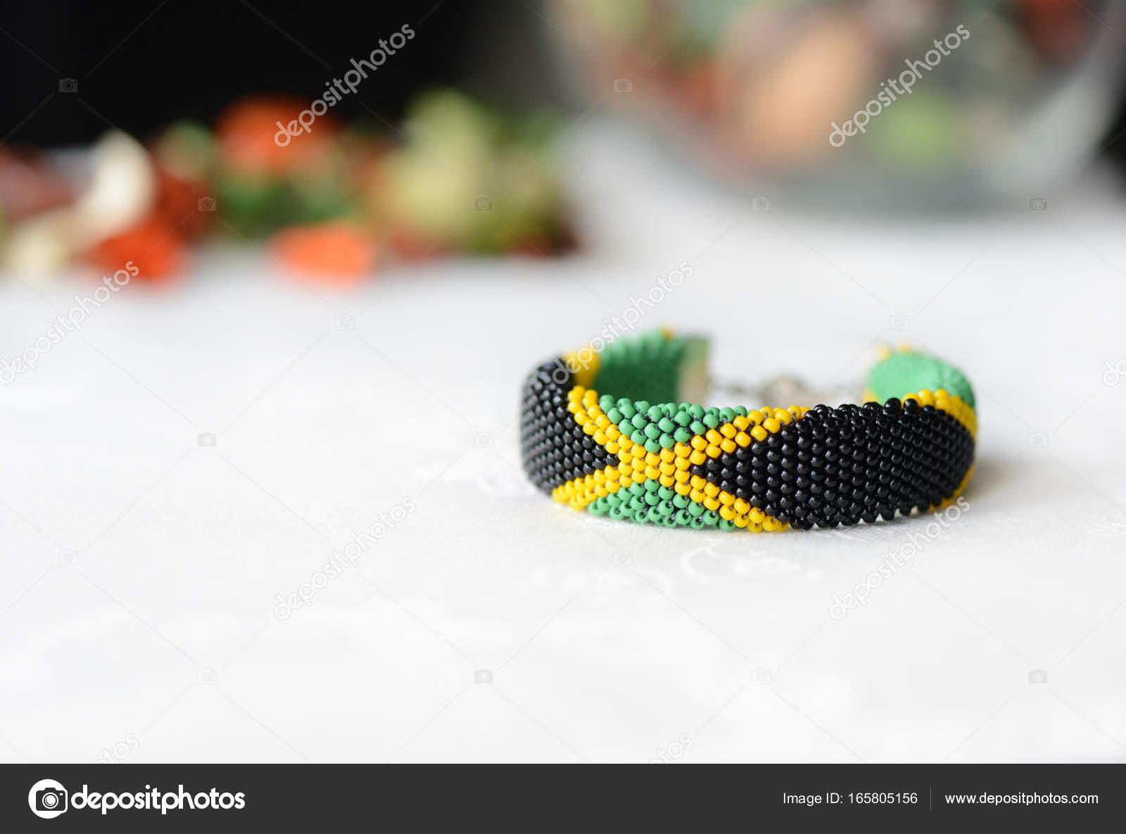 318a2d3d0 Jamajské vlajky korálek háčkování náramek zblízka — Stock Fotografie ...