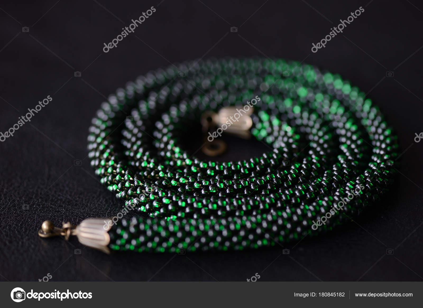 Color Verde Collar Ganchillo Grano Sobre Fondo Oscuro Cerca — Foto ...