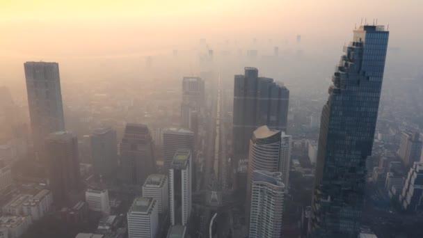 Drónfelvétel felhőkarcolókról a bangkoki Skywalk körül, Thaiföldön.