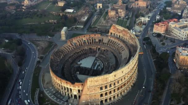 Letící pozpátku z Kolosea, Řím