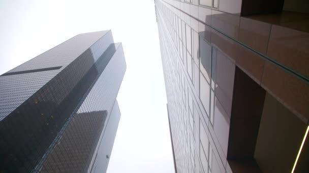 Verfolgung zwischen hohen Gebäuden in der Innenstadt von Los Angeles, Kalifornien