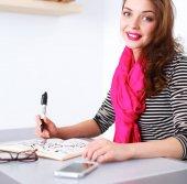 Fiatal nő ír naplója egy fehér tábla