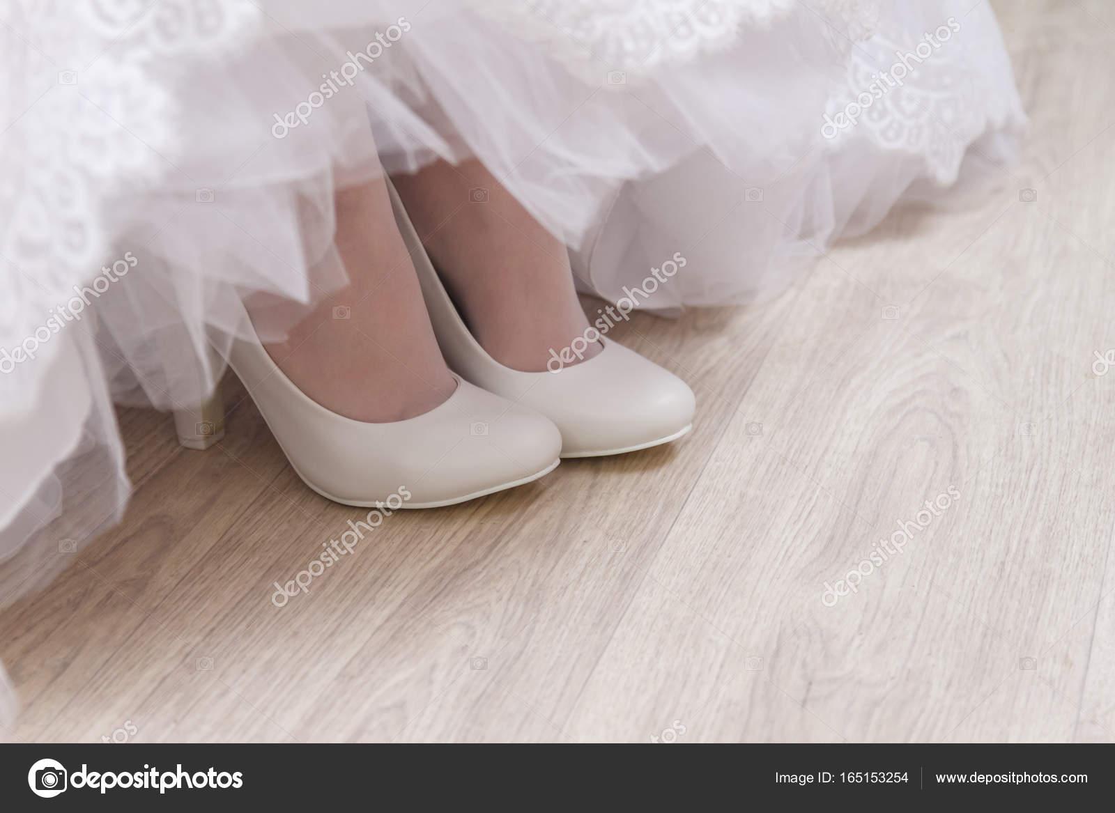 8c87197335cc Παπούτσια λευκά όμορφη νύφη, πόδια της νύφης - νυφικό λεπτομέρειες — Εικόνα  από ...